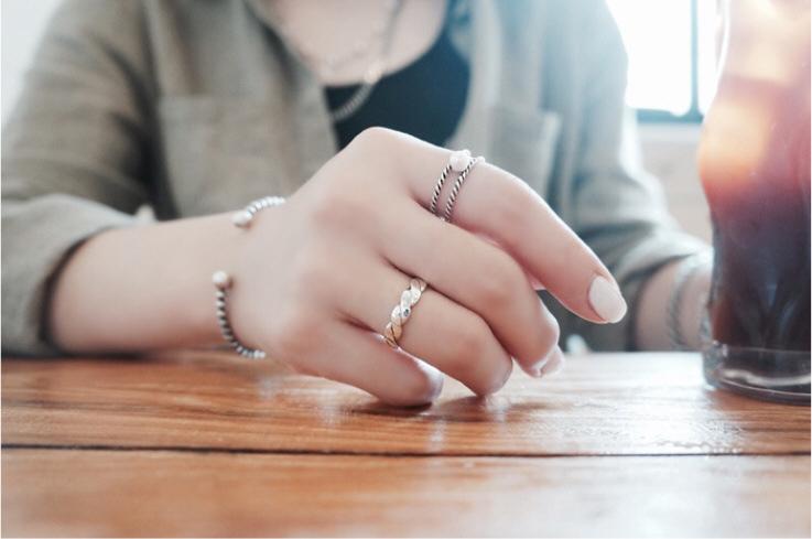 แหวนแฟชั่นสีเงินรมดำลายเชือก2ชั้นแต่งมุก