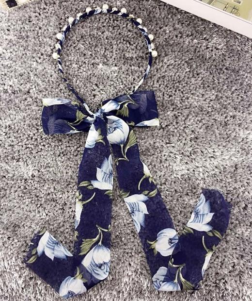 ที่คาดผมผ้าชีฟองยาวลายดอกไม้แต่งมุกและคริสตัลสีน้ำเงิน