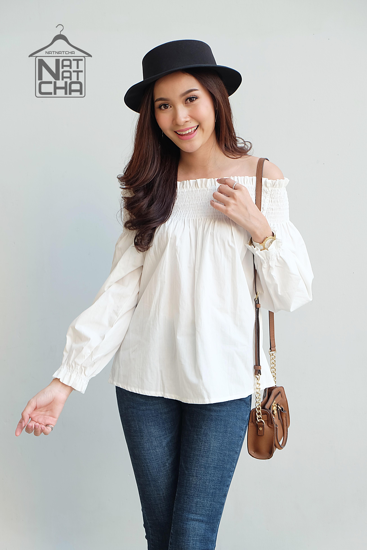 เสื้อผ้าเกาหลีพร้อมส่ง เสื้อปาดไหล่สีขาวทรงแขนยาว