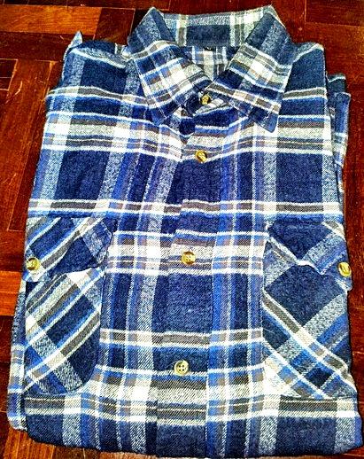 เสื้อเชิ๊ตลายสก๊อตสีน้ำเงิน แบบเทห์ สภาพดี ราคา 150 บาท