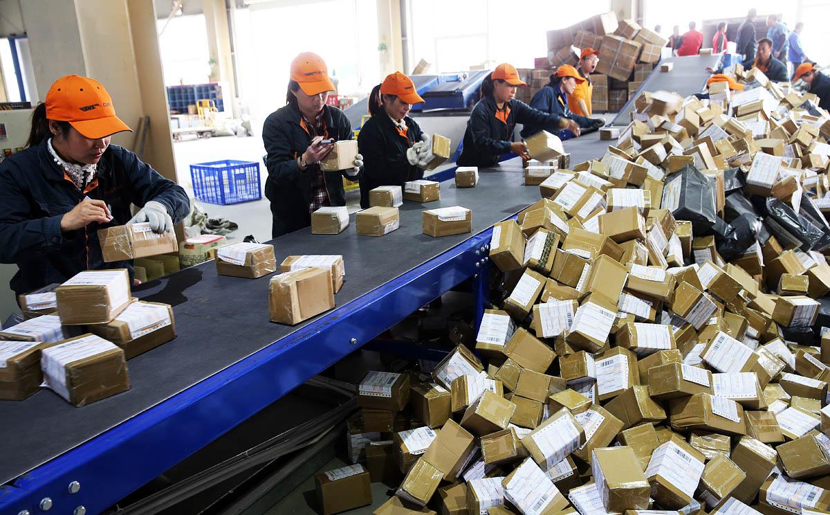 ทำให้เว็บไซต์จำหน่ายสินค้าชื่อดังต่างๆต้องจ้างพนักงานทำงานล่วงเวลาในวันดังกล่าวราว 800,000 คน และคาดว่าบริษัทขนส่งต้องนำพัสดุไปรษณีย์และของขวัญไปส่งทั่วประเทศราว 6 ล้านชิ้น