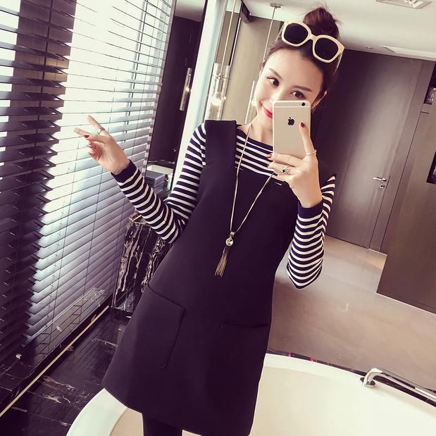 ชุดแฟชั่นเกาหลีน่ารักๆ สีดำ เสื้อลายขวางแขนยาว + เดรสสั้นแขนกุดทรงตรง