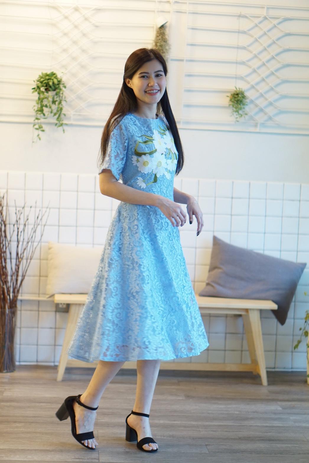 ชุดเดรสลูกไม้สีฟ้า ปักลายดอกไม้น่ารักสดใส คอกลม แขนสั้น กระโปรงบาน