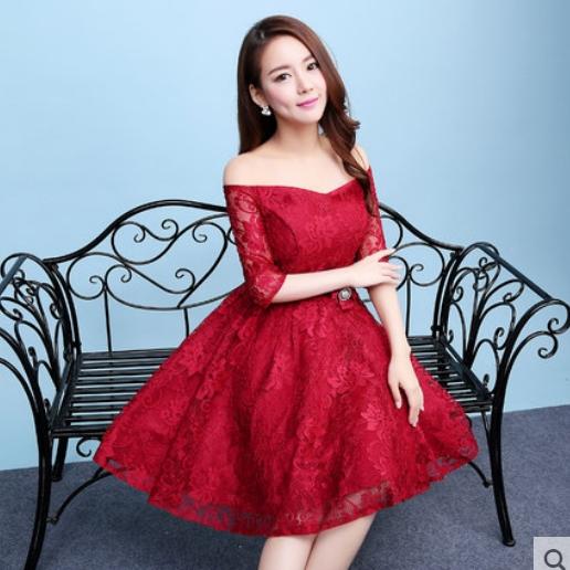 ชุดเดรสออกงานสีแดง ผ้าลูกไม้เกรดพรีเมี่ยม เปิดไหล่ แขนสามส่วน เอวแต่งดอกไม้ ลุคสวยหวานสไตล์เกาหลี น่ารัก