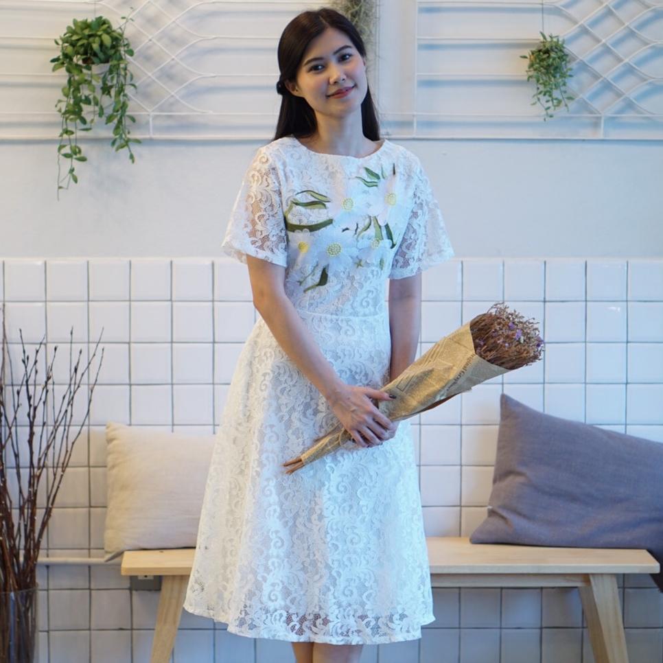 ชุดเดรสลูกไม้สีขาว ปักลายดอกไม้น่ารักสดใส คอกลม แขนสั้น กระโปรงบาน ราคาถูก