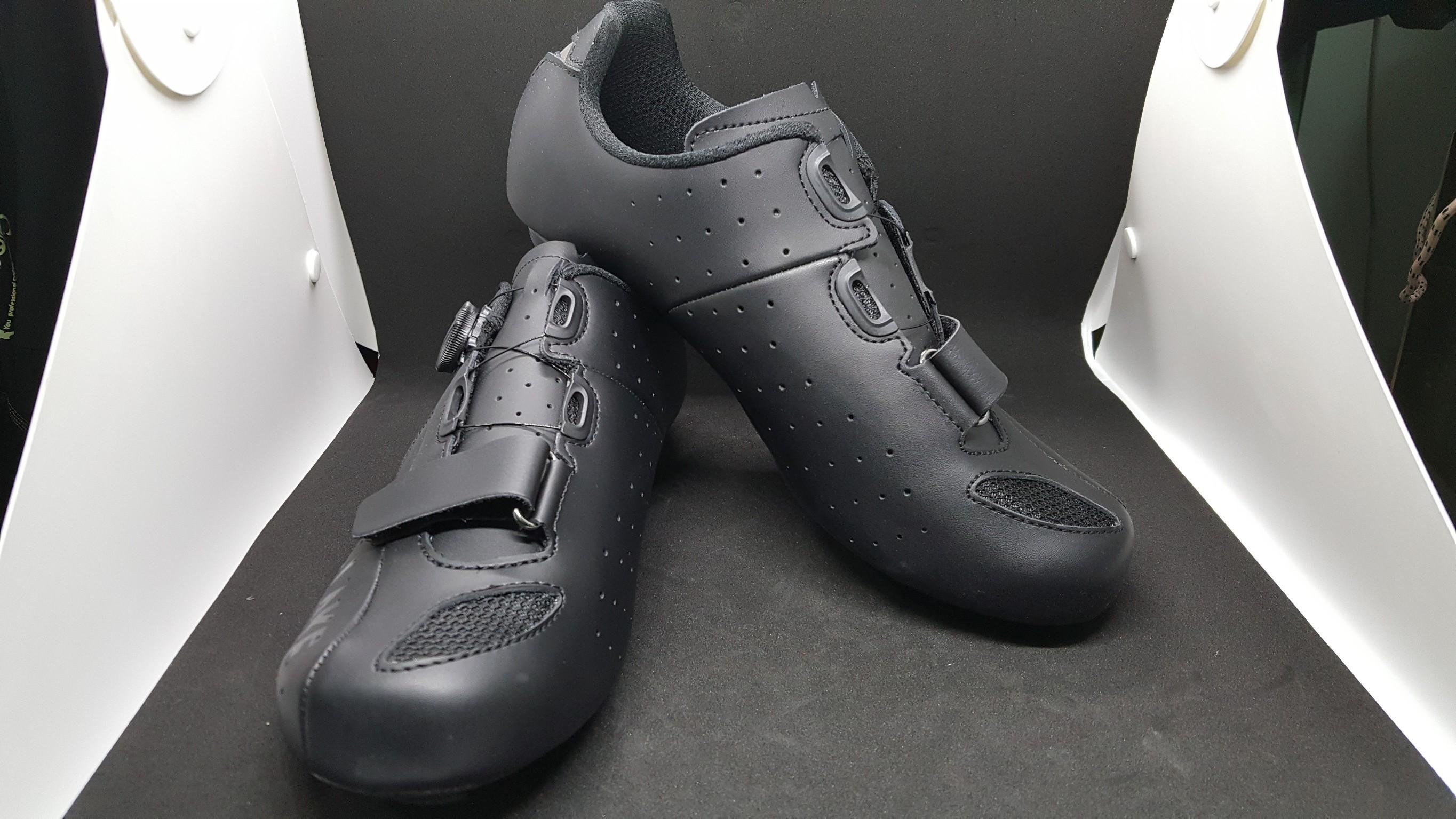 รองเท้าเสือหมอบหน้ากว้าง Lake รุ่น CX176-X วัสดุ Actoin leather สีดำล้วน พื้นไนล่อน ลูกบิด BOA มีไซส์ 40 41 42 43 44 45