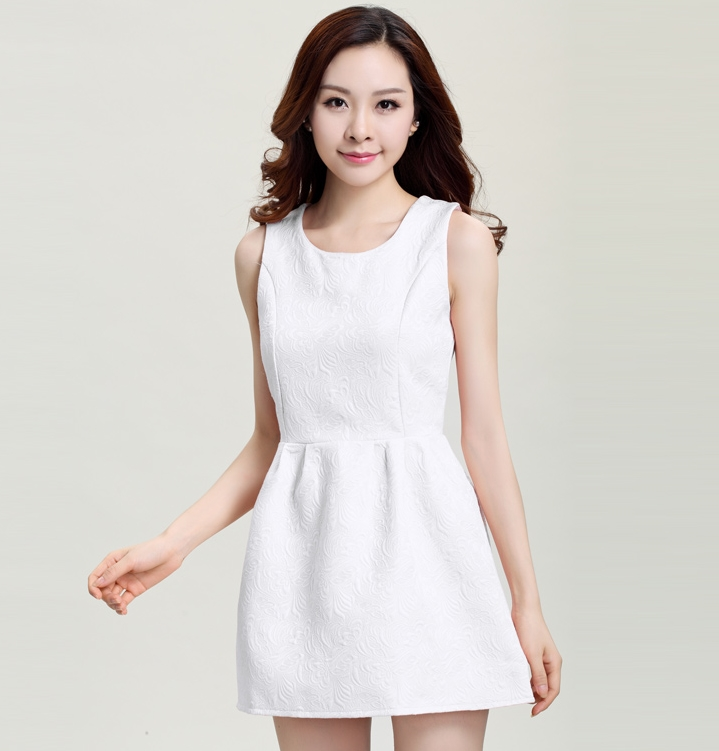 ชุดเดรสสั้นสีขาว แขนกุด สวยๆ เรียบๆ ดูดี
