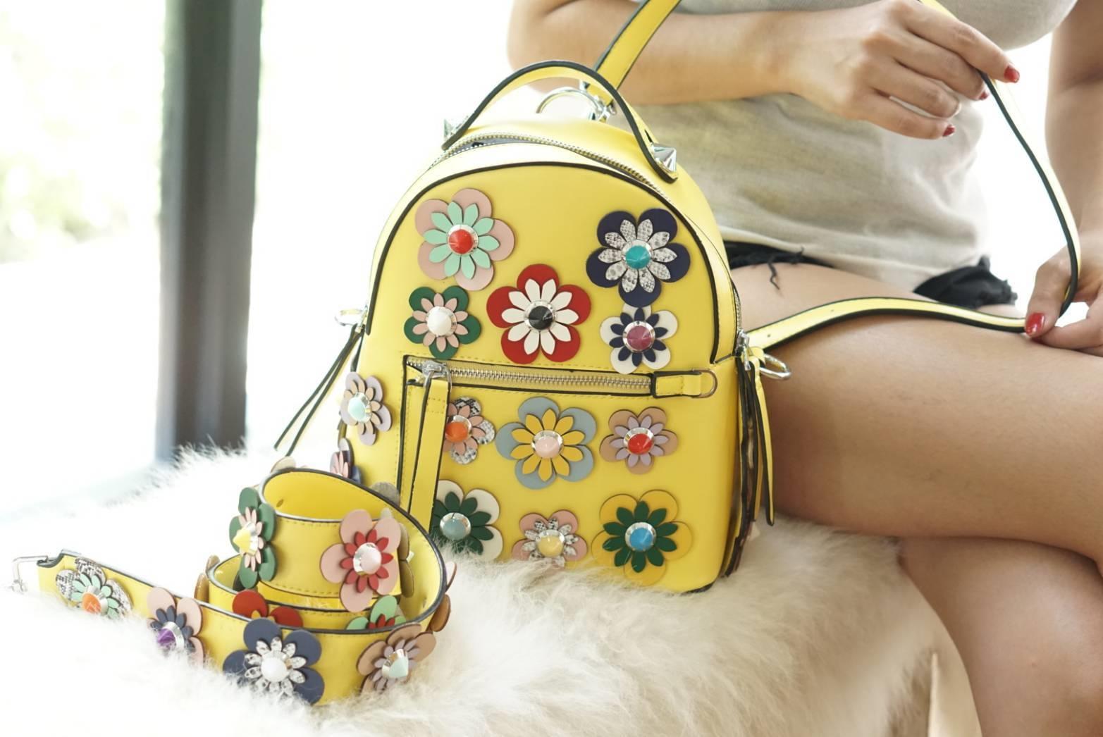 กระเป๋าเป้แฟชั่น สไตล์ Fendi floral studded backpack สะพายได้ 2 แบบ แบบเป้และสะพายข้าง สดใสน่าใช้มาก สะพายกับชุดเรียบๆ คือเก๋เด่นมาก งานละเอียด สนใจทุกรายละเอียด มีสายสะพายให้ 3 เส้น เส้นคู่เรียบสองเส้นไว้สลับสะพายเป็นเป้ หรือสะพายข้างก็ได้ ส่วนสายอีกเส้น