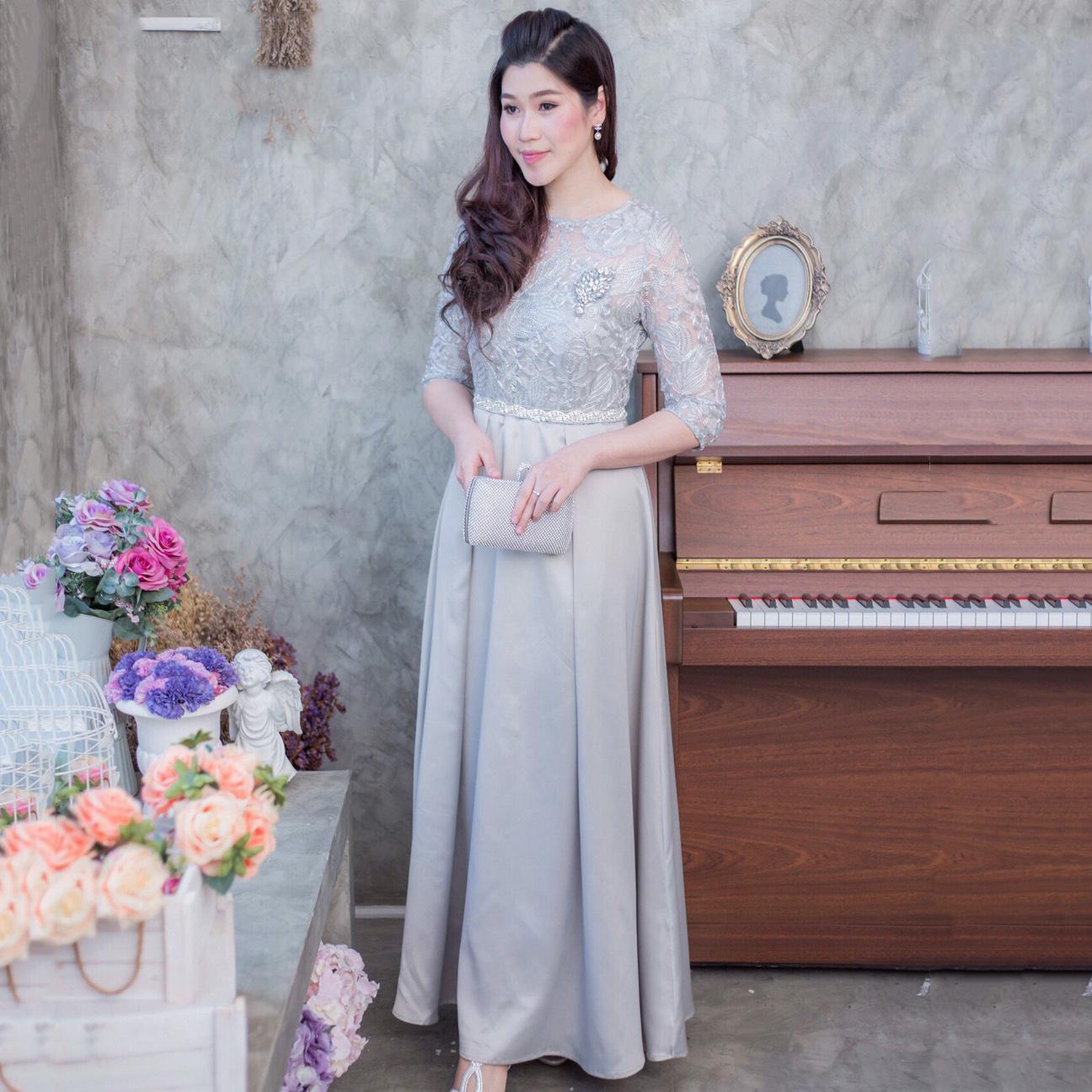 ชุดเดรสยาวออกงานสีเทา ลูกไม้ลายใบไม้ปักดิ้น แนวเรียบหรู สวยสง่า สไตล์ผู้ใหญ่ เหมาะสำหรับใส่ออกงาน ไปงานแต่งงาน ชุดถือขันหมาก ชุดแม่บ่าวสาว
