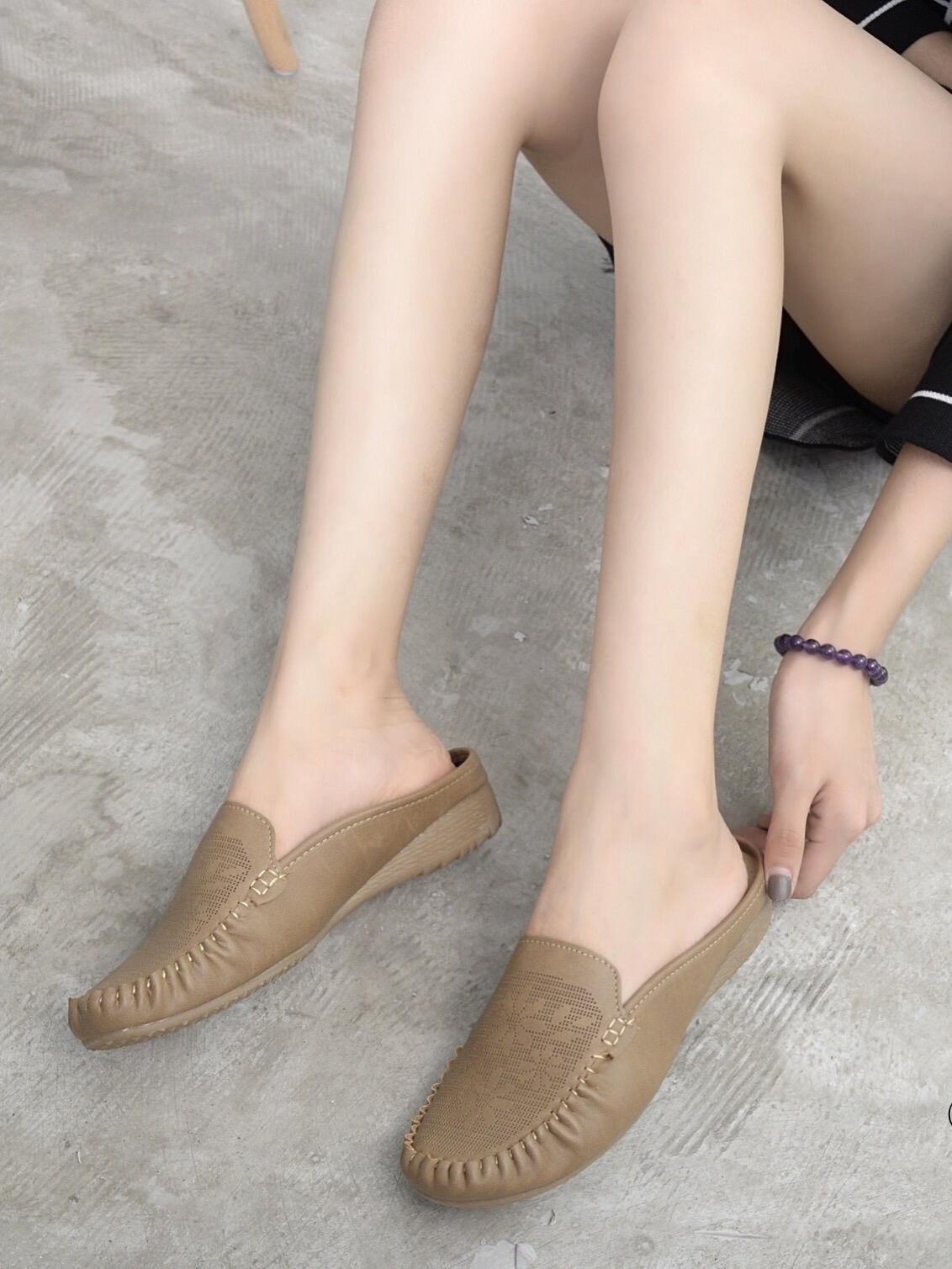 รองเท้าเพื่อสุขภาพ ทรงสวม ลายดอกไม้ (สีกาแฟ)