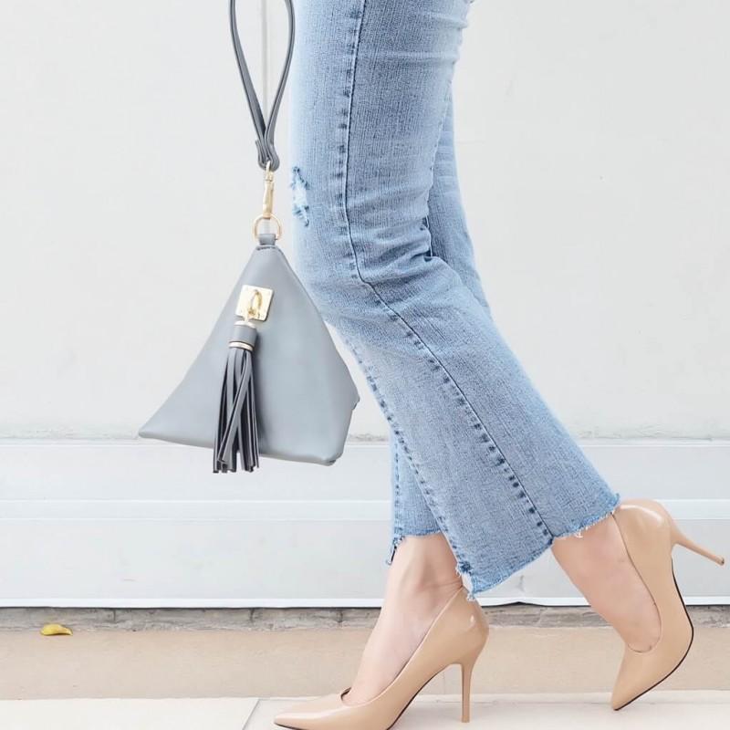 กระเป๋าถือ กระเป๋าคลัทช์ ทรงสามเหลี่ยมเล็ก หนังพียู [สีเทา ]