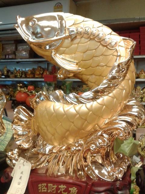 ปลาหลีฮื้อทองเล่นน้ำบนฐานคริสตัลค้าขายร่ำรวย เหลือกินเหลือใช้