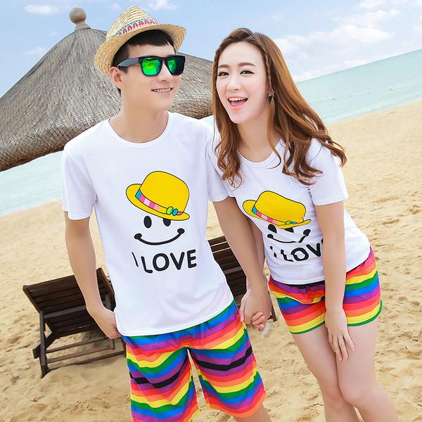 เสื้อคู่รัก ชุดคู่รักเที่ยวทะเลชาย +หญิง เสื้อยืดสีขาวลายยิ้ม I Love กางเกงขาสั้นลายแถบสี โทนสีรุ้ง +พร้อมส่ง+