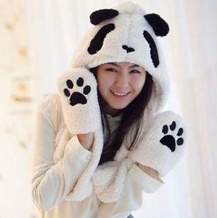 หมวกแฟชั่นเกาหลีพร้อมส่ง ทรงปล่อยยาวด้านข้างพันเป็นผ้าพันคอได้ด้วย นุ่มมาก สีขาว แต่งเป็นรูปแพนด้า