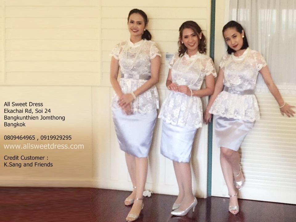 รีวิวชุดไทยเพื่อนเจ้าสาวแบบใหม่ล่าสุด 2018 เสื้อลูกไม้แขนสั้นทรงเข้ารูปกระโปรงไหมอิตาลีสีเงินสวยหรูของร้านเช่าชุดไทย allsweetdress ฝั่งธนค่ะ