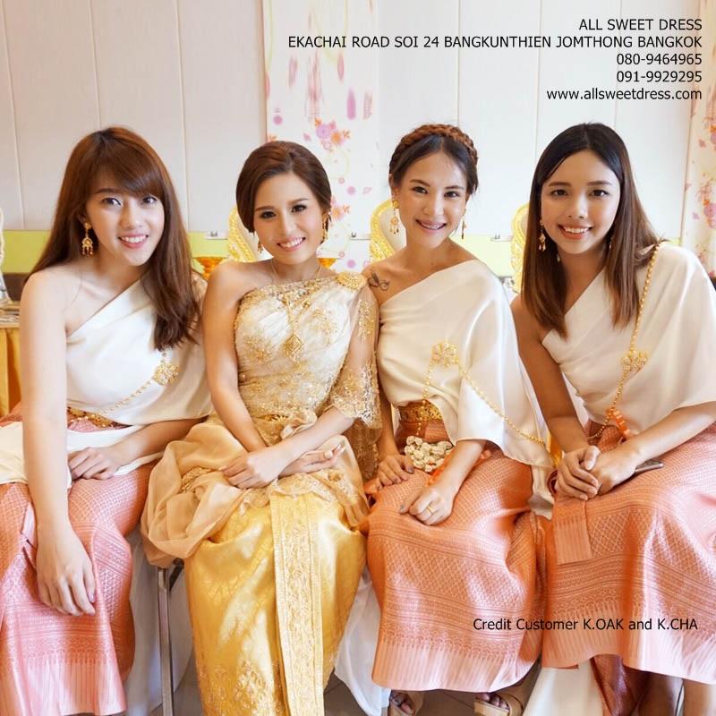 รีวิวชุดไทยเพื่อนเจ้าสาวแบบสไบเรียบสีครีมผ้าถุงยาวสีชมพูเนื้อดีลวดลายไทยที่ตามไปถ่ายกันถึงห้องส่งตัวเจ้าสาวเลยนะจ๊ะ น้องช่าน่ารักถ่ายรูปนั่งกับเพื่อนๆ ในชุดไทยสีชมพูแสนสวยของร้านเช่าชุด allsweetdress ฝั่งธนค่ะ