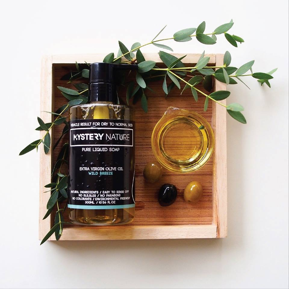 #3 Wild breeze Mystery Nature สบู่เหลวธรรมชาติจากน้ำมันมะกอกบริสุทธิ์ Extra Virgin Olive Oil ผิวนุ่ม ชุ่มชื่น ตั้งแต่ครั้งแรกที่ใช้… อุดมไปด้วยน้ำมันมะกอกบริสุทธิ์ 100% ใช้ส่วนผสมจากธรรมชาติ ล้างออกง่าย ทิ้งความชุ่มชื่นไว้บนผิว ไม่ใส่สารเพิ่มฟองและพาราเบน