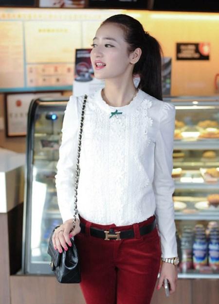 เสื้อแฟชั่น เสื้อเกาหลี เสื้อทำงาน ด้านหน้าเป็นผ้าลูกไม้ คอกลม เสื้อเป็นผ้ามัน ประดับพลอยที่คอ ซิปหลังครึ่งตัว เสื้อสีขาว สวยมากๆ (พร้อมส่ง)