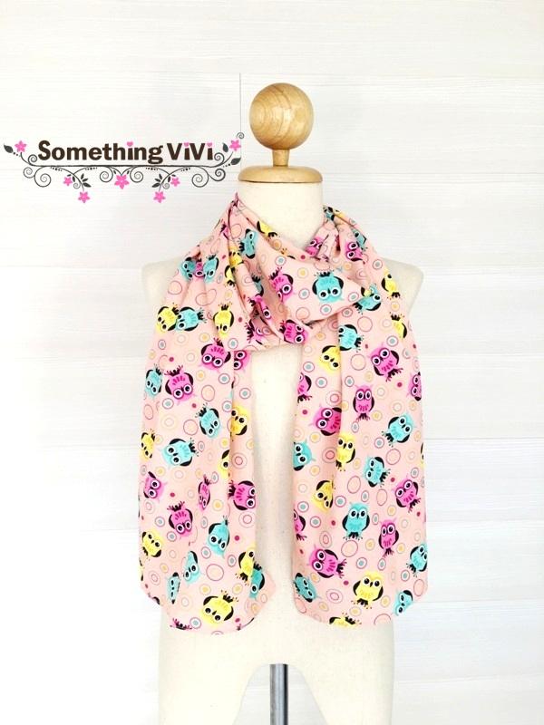 ผ้าพันคอ/ผ้าคลุมไหล่/ผ้าคลุมให้นม รุ่น Vivant Little Owls (Size S) สี Pink Balloon ผ้าพันคอไหมอิตาลี ผ้าลื่นๆ คลุมสบาย มีลายเป็นรูปนกฮูกคละกันสามสี มีสีเหลือง ชมพูและฟ้า ลายน่ารักมาก ด้วยตากลมๆ โตๆ ของนกฮูกสายแบ๊วเห็นแล้วต้องหลงไหลอย่างแน่นอน สวยมาก พร้อม